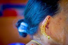 博克拉,尼泊尔- 2017年11月04日:关闭在摆在为照相机的老妇人的耳朵的许多耳环在博克拉 免版税库存图片