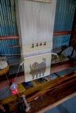 博克拉,尼泊尔- 2017年10月06日:关闭在织布机制造业羊毛披肩衣物做的一张美丽的地毯在尼泊尔 库存图片