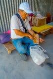 博克拉,尼泊尔- 2017年10月06日:关闭坐在一个塑料袋的椅子和保存的里面的未认出的人 免版税图库摄影