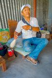 博克拉,尼泊尔- 2017年10月06日:关闭坐在椅子和转动在a里面的未认出的人羊毛 图库摄影