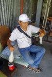 博克拉,尼泊尔- 2017年10月06日:关闭坐在椅子和转动羊毛的未认出的hardworker人 免版税库存图片