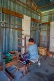 博克拉,尼泊尔- 2017年10月06日:关闭工作在织布机制造业羊毛披肩衣物的未认出的妇女  图库摄影