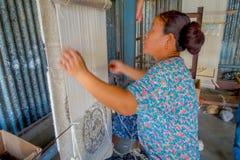 博克拉,尼泊尔- 2017年10月06日:关闭工作在织布机制造业羊毛披肩衣物的未认出的妇女  库存照片