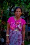 博克拉,尼泊尔- 2017年10月06日:关闭摆在为照相机的妇女在塔石石楠村庄 塔石陵是一个  免版税图库摄影