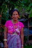 博克拉,尼泊尔- 2017年10月06日:关闭摆在为照相机的妇女在塔石石楠村庄 塔石陵是一个  免版税库存照片