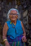 博克拉,尼泊尔- 2017年10月06日:关闭摆在为照相机的老西藏妇女在塔石石楠村庄 塔石陵是 库存照片