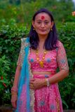 博克拉,尼泊尔- 2017年11月04日:关闭美好妇女佩带典型的衣裳博克拉,尼泊尔,本质上 免版税库存照片