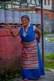 博克拉,尼泊尔- 2017年10月06日:关闭走在街道的西藏妇女在塔石石楠村庄 塔石陵是 库存照片