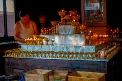 博克拉,尼泊尔- 2017年10月06日:在acomodating在一座金属金字塔的修道院里面的Unidentifed人一些candels 库存照片