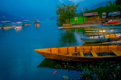 博克拉,尼泊尔- 2017年9月04日:小船美丽的景色在湖的在博克拉尼泊尔 免版税库存图片