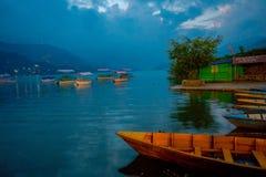 博克拉,尼泊尔- 2017年9月04日:小船美丽的景色在湖的在博克拉尼泊尔 免版税库存照片