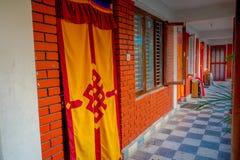 博克拉,尼泊尔- 2017年10月06日:帷幕室内看法在一个房子的输入的,有大厦关闭的大大厅的 库存照片