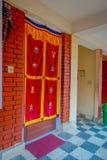 博克拉,尼泊尔- 2017年10月06日:帷幕室内看法在一个房子的输入的,有大厦关闭的大大厅的 免版税库存图片
