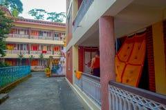 博克拉,尼泊尔- 2017年10月06日:帷幕室内看法在一个房子的输入的,有大厦关闭的大大厅的 免版税库存照片