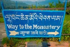 博克拉,尼泊尔- 2017年10月06日:情报标志被写在一个金属结构,指明与箭头道路 库存图片