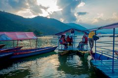 博克拉,尼泊尔- 2017年9月04日:旅行在一条小船的未认出的人民在博克拉市,尼泊尔 库存照片
