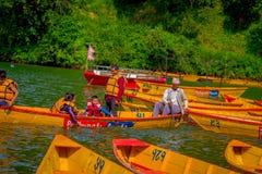 博克拉,尼泊尔- 2017年11月04日:用浆划小船的家庭在有在Begnas湖的湖在博克拉,尼泊尔 免版税库存照片