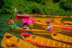 博克拉,尼泊尔- 2017年11月04日:用浆划小船的未认出的人在有在Begnas湖的湖 免版税库存照片