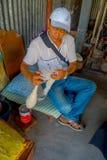 博克拉,尼泊尔- 2017年10月06日:的未认出的人坐在椅子和转动在a里面的室内观点羊毛 库存照片