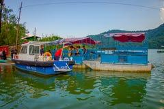 博克拉,尼泊尔- 2017年9月04日:的未认出的人湖岸在与许多小船和警察的室外看法 库存图片