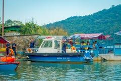 博克拉,尼泊尔- 2017年9月04日:的未认出的人湖岸在与许多小船和警察的室外看法 免版税库存照片