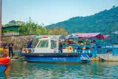 博克拉,尼泊尔- 2017年9月04日:的未认出的人湖岸在与许多小船和警察的室外看法 免版税图库摄影