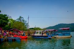 博克拉,尼泊尔- 2017年9月04日:的未认出的人湖岸在与许多小船和警察的室外看法 免版税库存图片