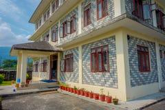 博克拉,尼泊尔- 2017年10月06日:西藏医疗中心三个地板大厦的室外看法位于尼泊尔的  免版税图库摄影