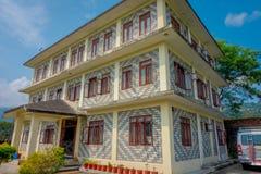博克拉,尼泊尔- 2017年10月06日:西藏医疗中心三个地板大厦的室外看法位于尼泊尔的  免版税库存照片