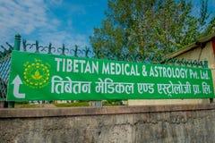 博克拉,尼泊尔- 2017年10月06日:西藏医疗中心和占星术的情报标志在户外位于尼泊尔 库存照片