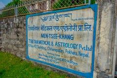 博克拉,尼泊尔- 2017年10月06日:西藏医疗中心和占星术的情报标志在户外位于尼泊尔 免版税库存照片