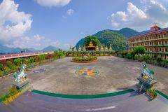 博克拉,尼泊尔- 2017年10月06日:西藏建筑学室外看法  萨迦派修道院是香客和游人 免版税库存照片