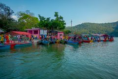 博克拉,尼泊尔- 2017年9月04日:许多小船室外看法在Phewa tal湖连续停放了在博克拉,尼泊尔 库存图片