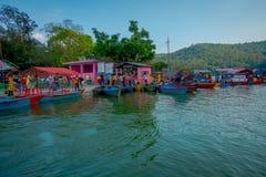 博克拉,尼泊尔- 2017年9月04日:许多小船室外看法在Phewa tal湖连续停放了在博克拉,尼泊尔 免版税库存照片
