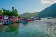博克拉,尼泊尔- 2017年9月04日:许多小船室外看法在Phewa tal湖连续停放了在博克拉,尼泊尔 库存照片