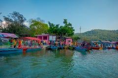 博克拉,尼泊尔- 2017年9月04日:许多小船室外看法在Phewa tal湖连续停放了在博克拉,尼泊尔 免版税库存图片