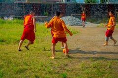 博克拉,尼泊尔- 2017年10月06日:踢足球的未认出的和尚少年在萨迦派Tangyud修道院  免版税库存图片