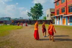 博克拉,尼泊尔- 2017年10月06日:踢足球的未认出的和尚少年在萨迦派Tangyud修道院  图库摄影