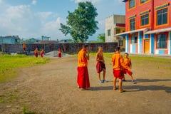 博克拉,尼泊尔- 2017年10月06日:踢足球的未认出的和尚少年在萨迦派Tangyud修道院  免版税图库摄影