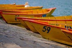 博克拉,尼泊尔- 2017年11月04日:连续关闭木黄色小船在Begnas湖在博克拉,尼泊尔 免版税图库摄影