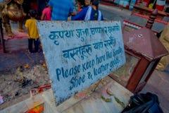 博克拉,尼泊尔- 2017年9月04日:Tal Barahi寺庙的情报标志,位于Phewa湖的中心,是 免版税库存照片