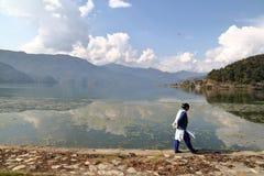 博克拉,尼泊尔- 2015年1月8日:走沿Phewa湖岸的尼泊尔妇女  免版税库存图片