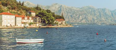 博卡队Kotorsky海湾全景与Perast,黑山古城的堤防的片段的 山的看法 图库摄影