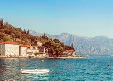 博卡队Kotorsky海湾全景与Perast,黑山古城的堤防的片段的 山的看法 免版税图库摄影