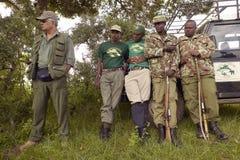 博士 Karmari、发现圈套的兽医和小组工作夺取动物在察沃国家公园在肯尼亚,非洲 免版税库存图片