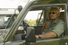 博士 Karmari,寻找圈套和受伤的动物的兽医在察沃国家公园在肯尼亚,非洲 免版税库存图片
