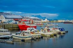 博多,挪威- 2018年4月09日:位于博多港和有些小船的连续的室外看法小游艇船坞  库存照片