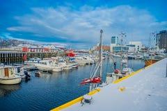 博多,挪威- 2018年4月09日:岸和小游艇船坞区域的室外看法与有些小船的连续在被找出的水中 免版税库存图片