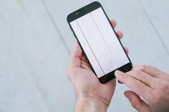 博客作者照片白色木背景手打电话 免版税库存图片