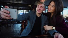 博客作者采取selfie使用智能手机在新的速简餐厅 影视素材